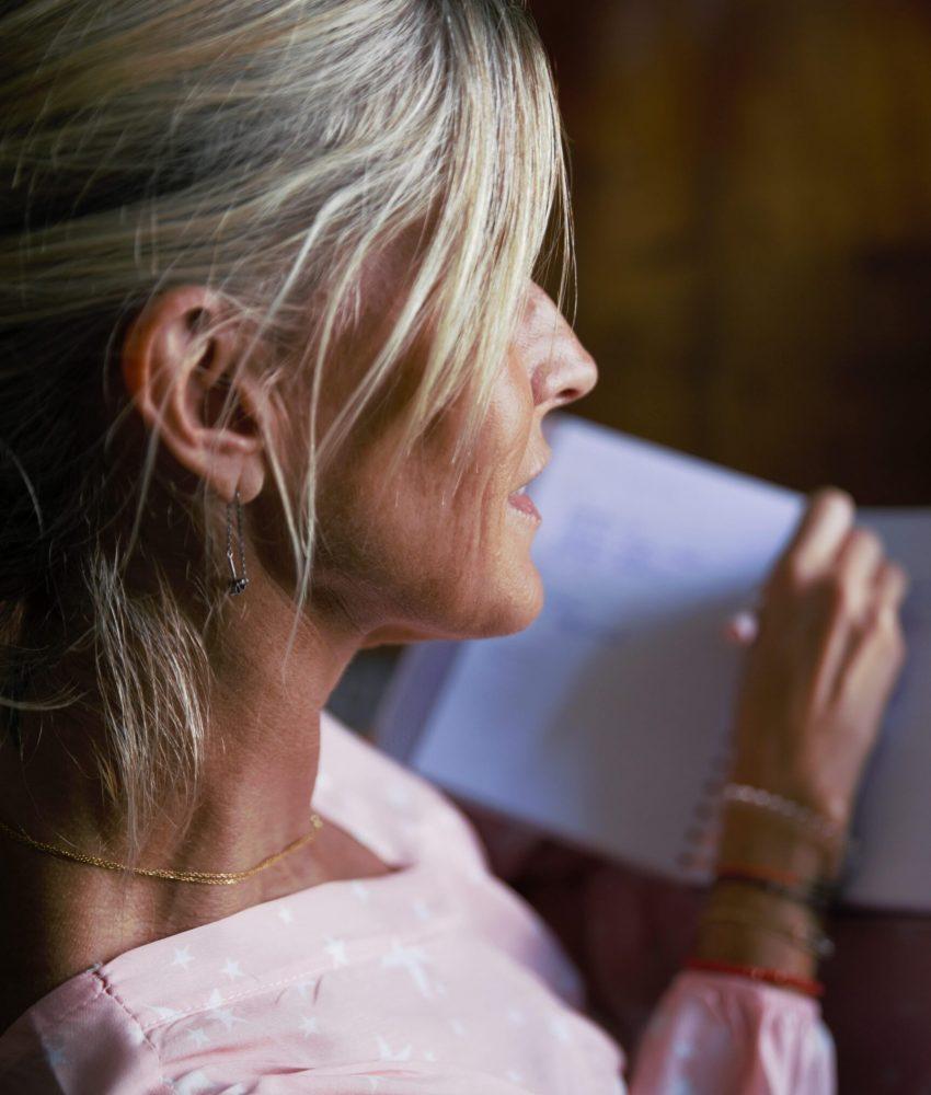 Joelle de dos écriture carnet